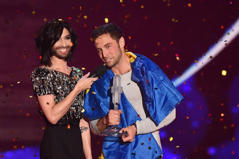 Måns holding his ... trophy.