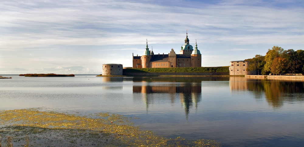 The Self in Travel Writing is a course provided by Linnaeus University, which is based in two cities in southern Sweden: Växjö and Kalmar. This image shows Kalmar Slott (castle) from the water.